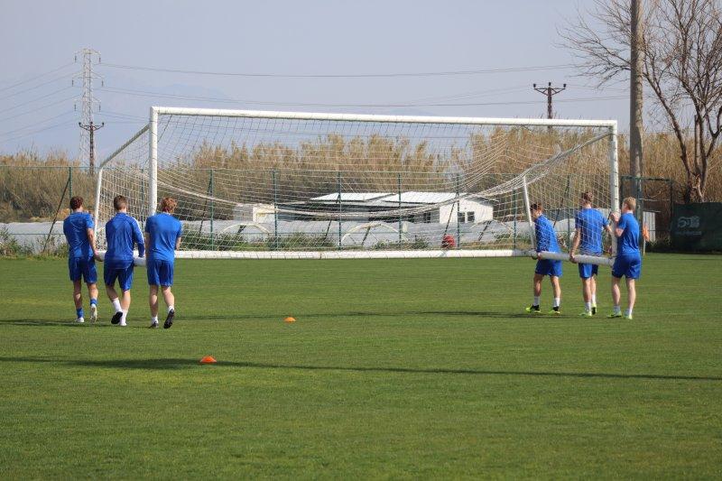 De yngste spillerne har alltid ansvaret for å bære utstyr eller flytte mål når det kreves.