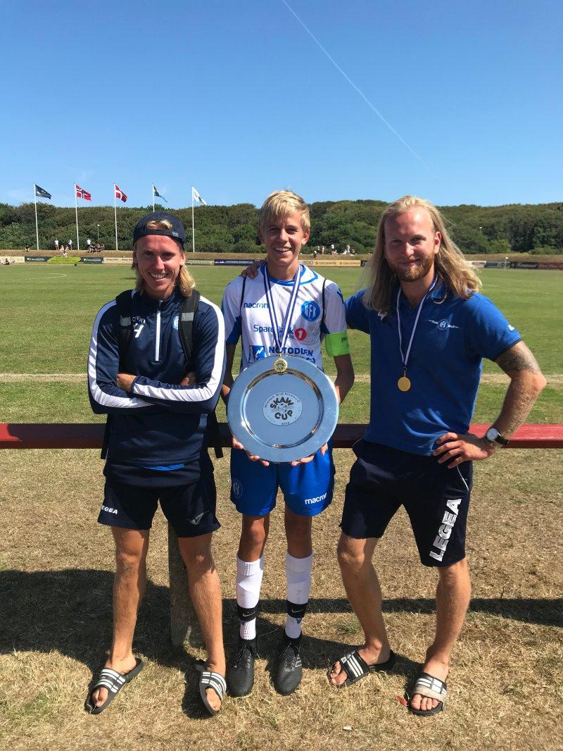 Trenere og kaptein med trofe. Sindre Hegna, Mathias Kjosvold Pedersen og Per Arne Rugaas